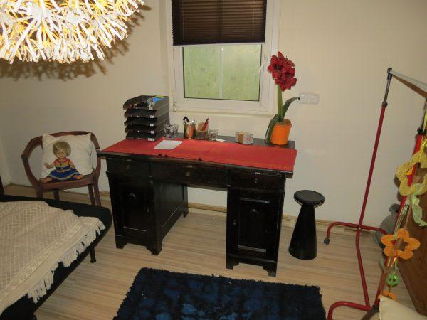 schreibtisch massiv zu verschenken fn kleinanzeigen. Black Bedroom Furniture Sets. Home Design Ideas